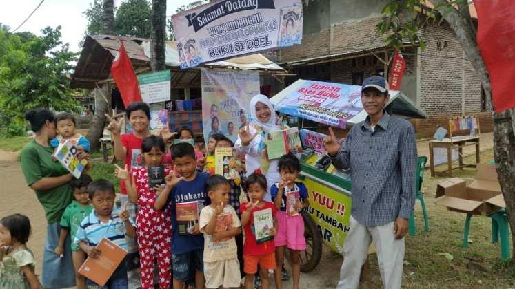 Jajanan Baca Buku Gratis, Gerobak Pintar Pak Bahri untuk Warga