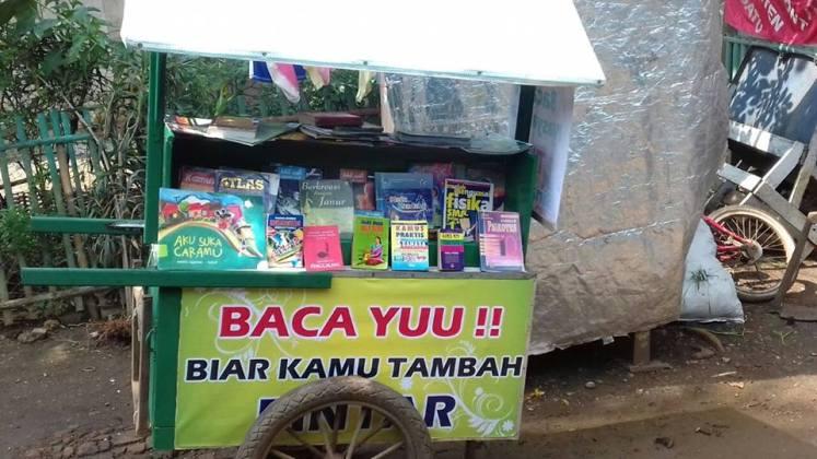 Jajanan Baca Buku Gratis, Gerobak Pintar Pak Bahri untuk Warga Jajanan Baca Buku Gratis, Gerobak Pintar Pak Bahri untuk Warga