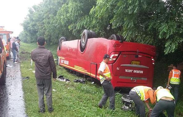 Ugal-Ugalan di Jalan Tol, Bus Murni Jaya Jurusan Labuan-KalideresTerguling