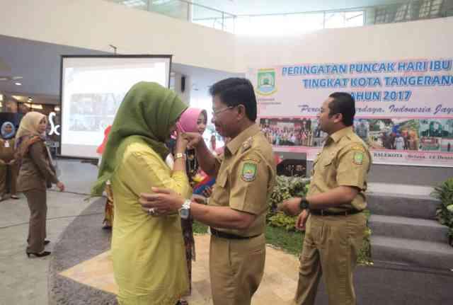 Hari Ibu, Wali Kota Tangerang dan Sachrudin Kompak Beri Bunga ke Istri
