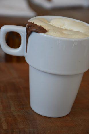 Kaffe med grädde och lite choklad