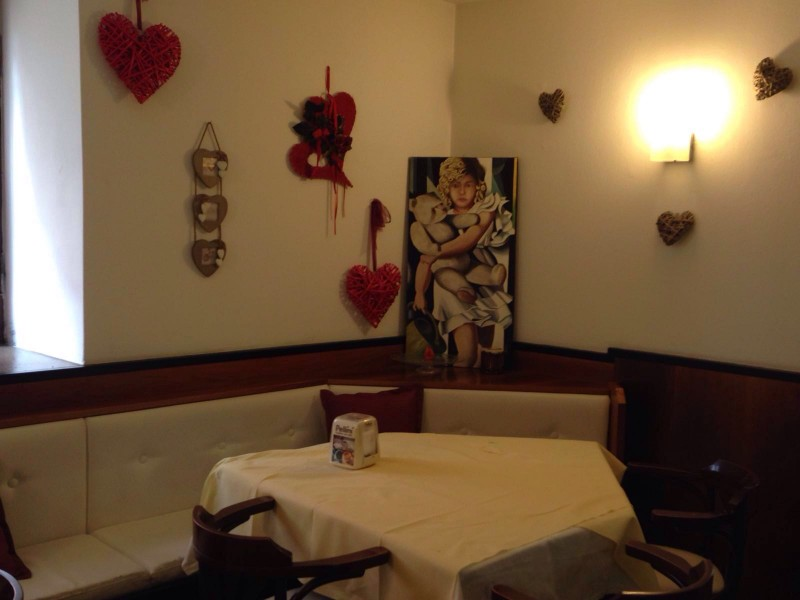 bar-centrale-tavolino-interno