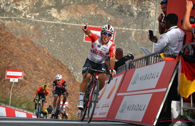 Caleb Ewan surpreende e vence sprint em subida na etapa 4 da Volta aos Emirados Árabe
