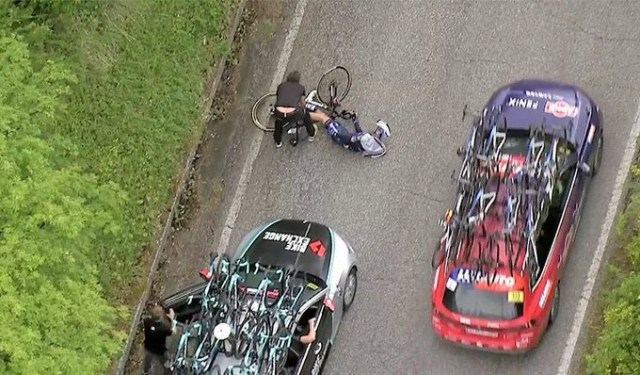 Ciclista é atropelado por carro de equipe adversária durante o Giro 2021   Caputra TV   Pelote Ciclismo