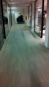 De nieuwe vloerbedekking in de gangen.