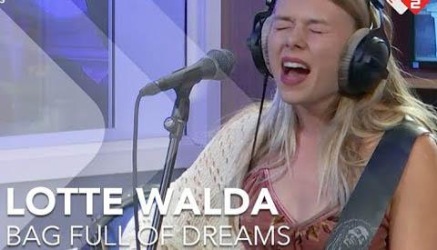 Lotte Walda treedt op tijdens 'KOMopLIVE'