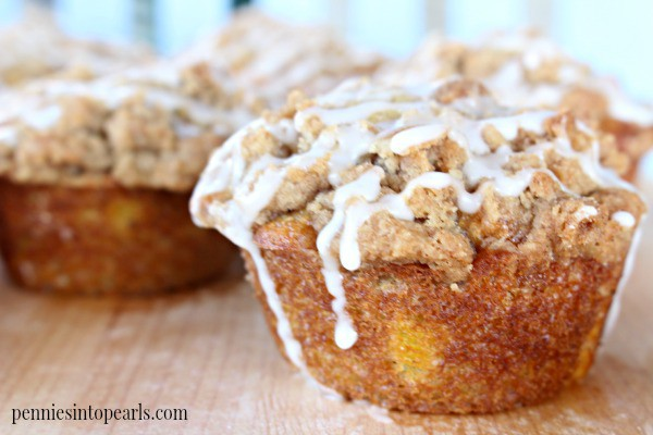 Peach Cobbler Muffins - penniesintopearls.com - Easy breakfast idea. Peach cobbler muffins full of peaches and everything else that makes cobbler delicious but for breakfast!