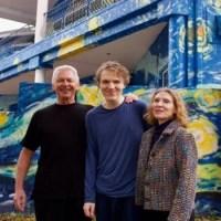 Pais pintaram sua casa inspirados em Van Gogh para que o filho autista não se perdesse