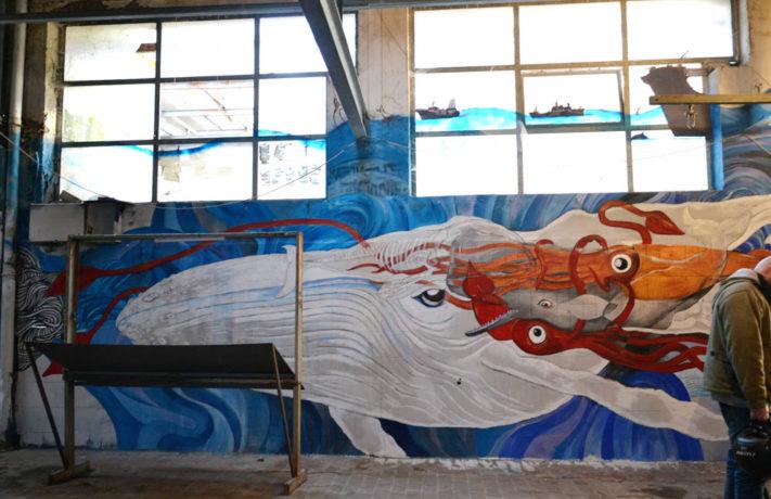 murale con balena bianca e calamari
