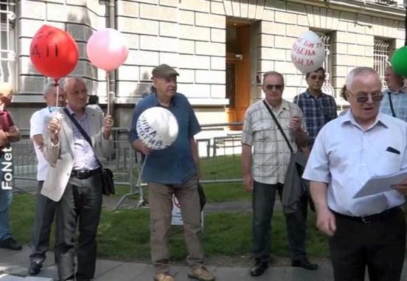 Performans penzionera ispred Predsedništva Srbije