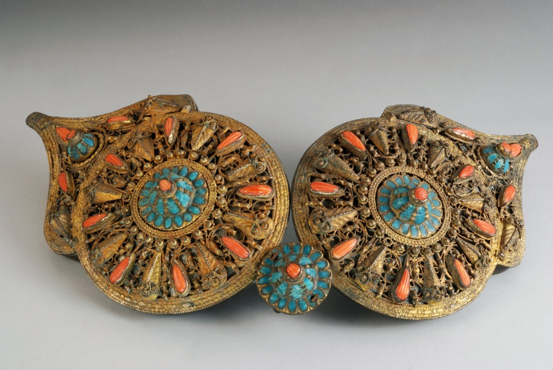 19th century Armenian Belt buckle. Composed of two elements shaped filigree rosettes, inlaid with coral, turquoise and enamel. - Armenian Museum of France