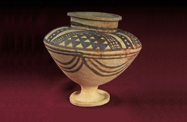 The burial featured an abundance of painted and unpainted pottery, with several examples from the Ninivite 5 culture