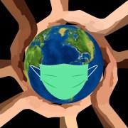 Planète avec des mains et un masque (Covid-19)
