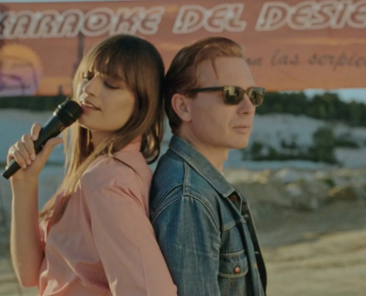 "Clara Luciani et Alex Kapranos dans ""Summer Wine"""