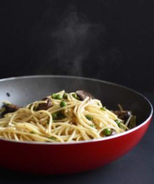 Spaghetti with Garlic, Mushroom & Peas - Pepper Delight #recipe #spaghetti #italian