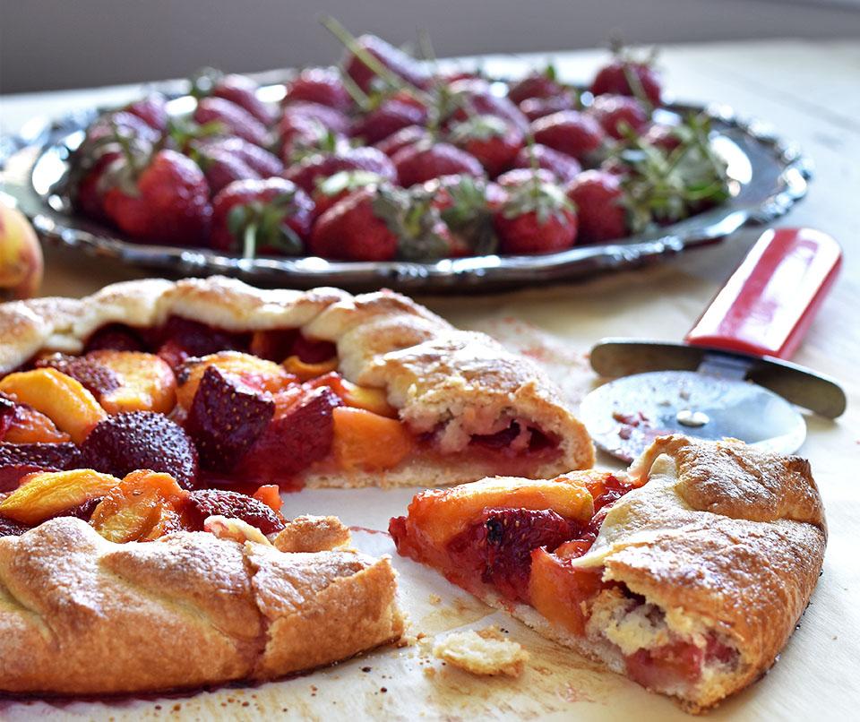 Peach Strawberry Galatte - Pepper Delight #galatte #pie #summerdesserts #strawberry #peach #tart #strawberrygalatte #peachgalatte #holidayrecipes #party #memorialday #summer #festivals