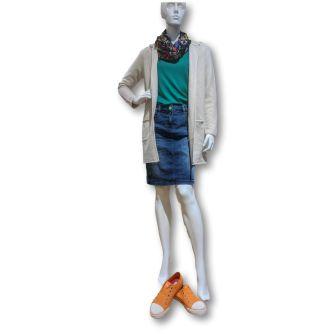 Shop the Look - Kapuzenstrickjacke mit Jeansrock und Sneakern