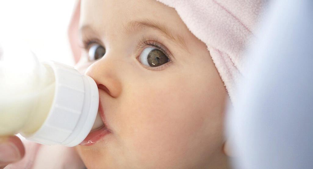 suplementar al bebé con leche biberón