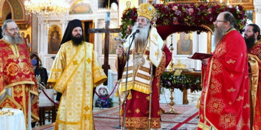 Η πρώτη Ανάσταση στον Καθεδρικό Ιερό Ναό Αγίας Τριάδος Πειραιώς.