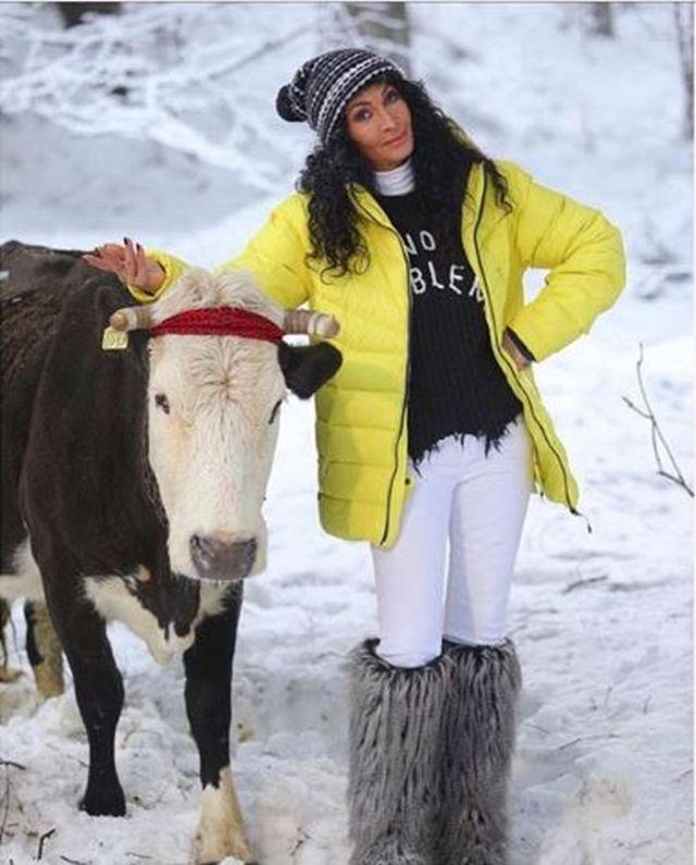 Mihaela Rădulescu a muls vaca la Ferma