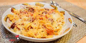 Tagliatelle cu sos rosu si carnati