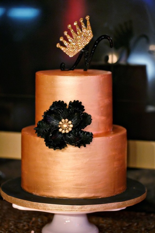 Black and Gold Cake / Amy Anaiz Photography / http://amyanaiz.com