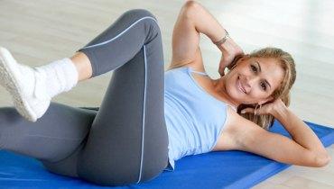 Abdômen definido: 4 exercícios abdominais para fazer em casa