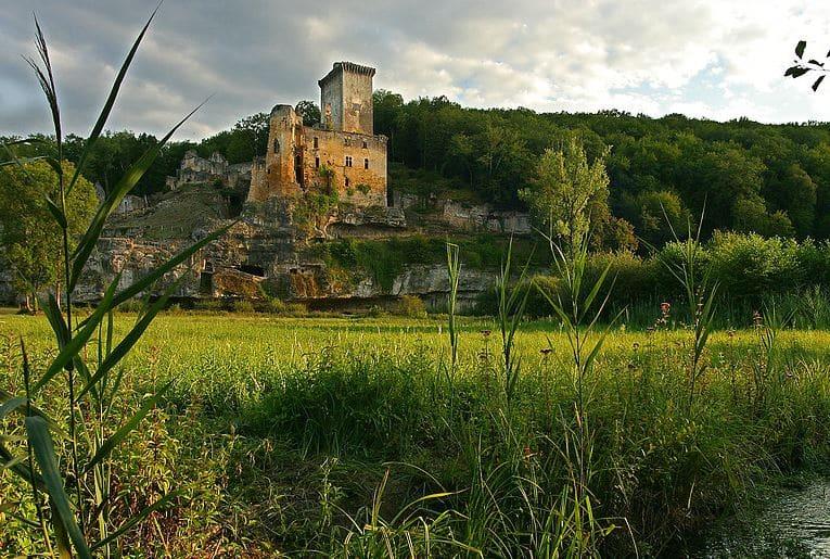 Château de Commarque dans la vallée de la Beune