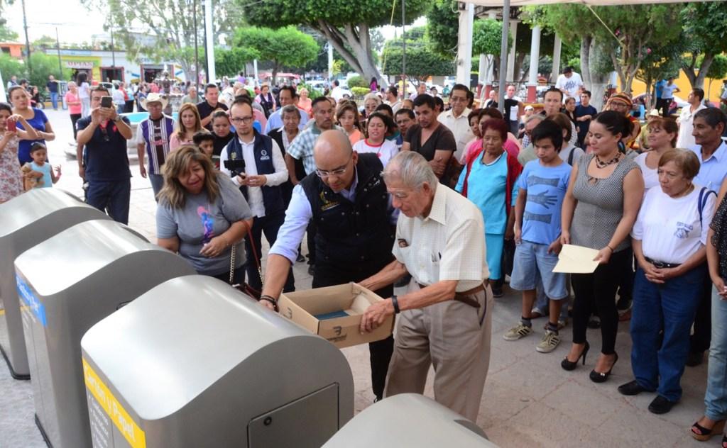 El presidente municipal de Querétaro, Marcos Aguilar, entregó en la delegación Felipe Carrillo Puerto 4 papeleras monumentales.