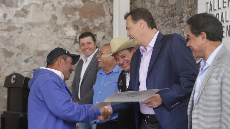 Mauricio Kuri entrega documentos agrarios en Corregidora