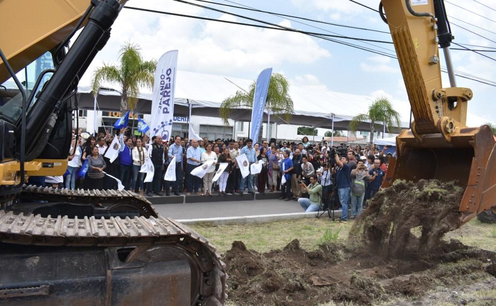 Con una inversión de 183 millones de pesos, dio inicio a la construcción del Paseo Santiago, una vialidad de 4.25 kilómetros con 8.5 kilómetros de ciclovía
