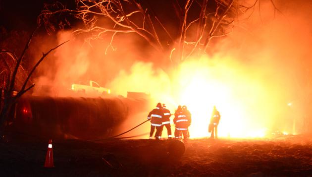 Tras incendio explotan contendedores con combustible en Corregidora