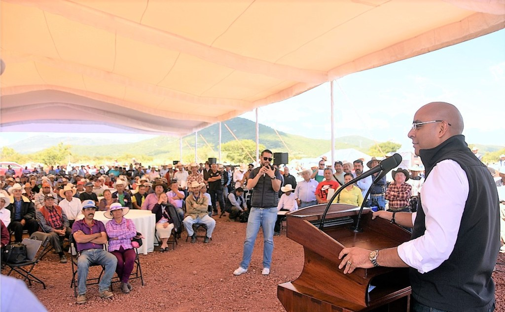 Marcos Aguilar Vega, encabezó la entrega de caminos de saca e implementos a productores del sector agrícola de Querétaro.
