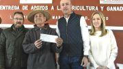 Mario Calzada entrega 65 apoyos a productores del campo Marquesino
