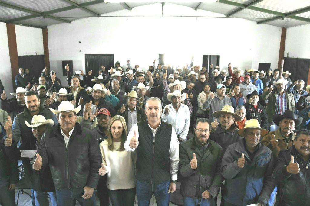 Mario Calzada Mercado, realizó la entrega de 65 apoyos para la agricultura y ganadería, en beneficio de productores de 33 comunidades.