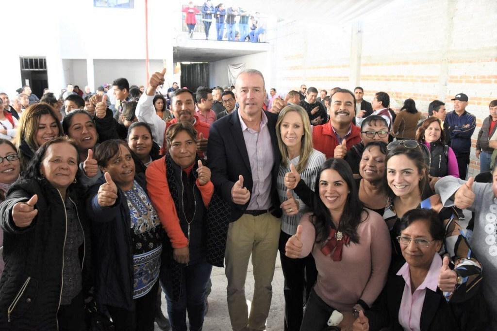 Acompañado de su familia, militantes y líderes de los diferentes sectores y organizaciones, Mario Calzada Mercado presentó su solicitud de registro como precandidato del PRI a la presidencia municipal de El Marqués.