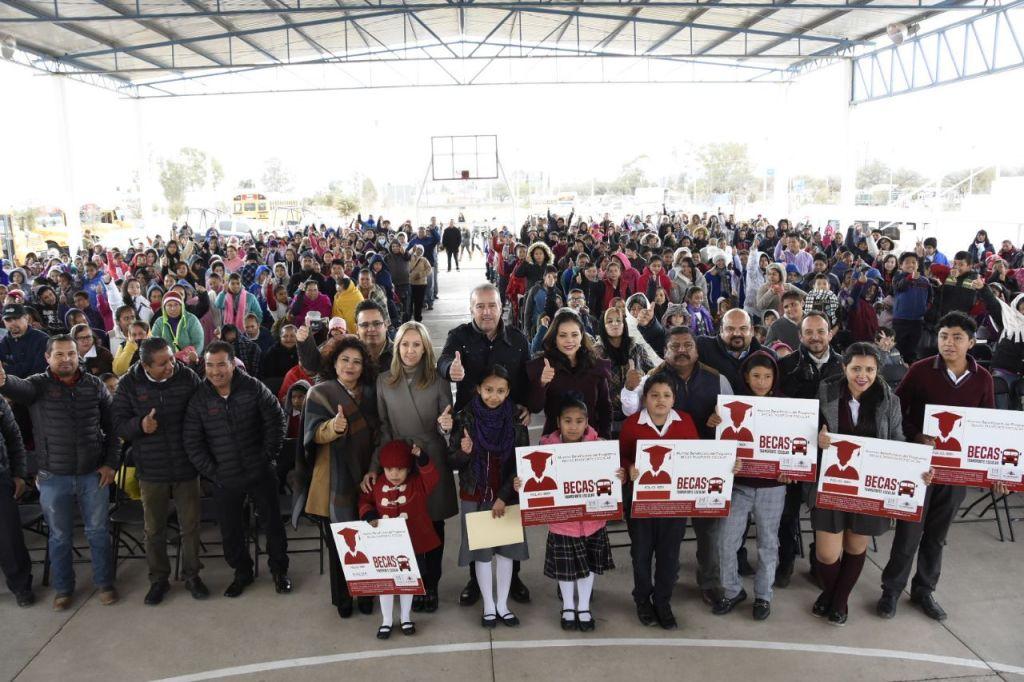 """El presidente municipal de El Marqués, Mario Calzada Mercado, entregó credenciales del programa """"Beca Transporte Escolar"""" a más de 600 nuevos alumnos."""
