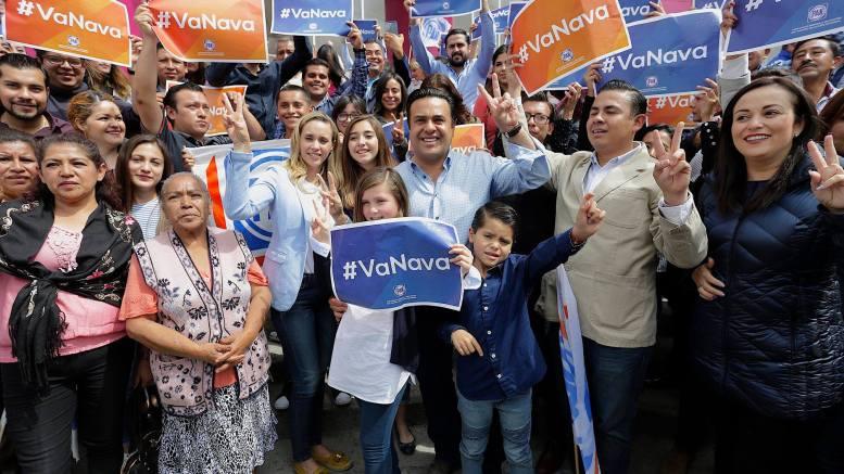 Panistas arropan a Luis Bernardo Nava al recibir su constancia de precandidato a la Presidencia Municipal de Querétaro. Foto: Especial.