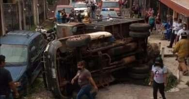 Se vuelca camión de basura en San Pedro