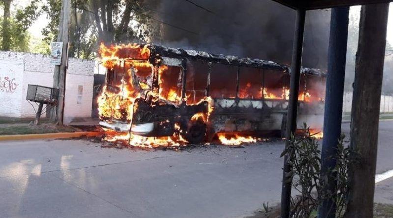 vecinos incendiaron el colectivo
