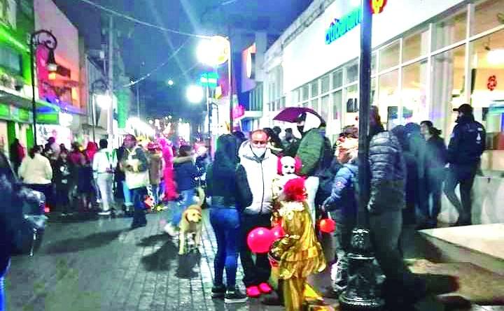 La noche del pasado dos de noviembre, el centro de Tulancingo lució como si no existiera pandemia, donde familias salieron a pedir la tradicional calaverita, sin que se viera que les preocupara la situación sanitaria.