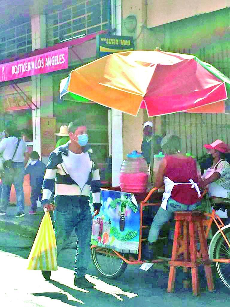 Sigue el incremento de vendedores ambulantes en pleno arroyo vehicular  y quienes se apostan en cualquier calle ante la complacencia de la dirección de mercados y centros de abastos.