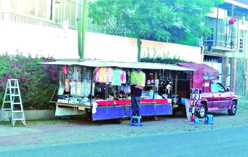 Pasan los días y el comercio informal crece al parecer sin ninguna medida, tal es el caso que la orilla de la carretera Tulancingo – Santiago a la altura de Medias Tierras, en las que ya hay hasta puestos con venta de ropa.