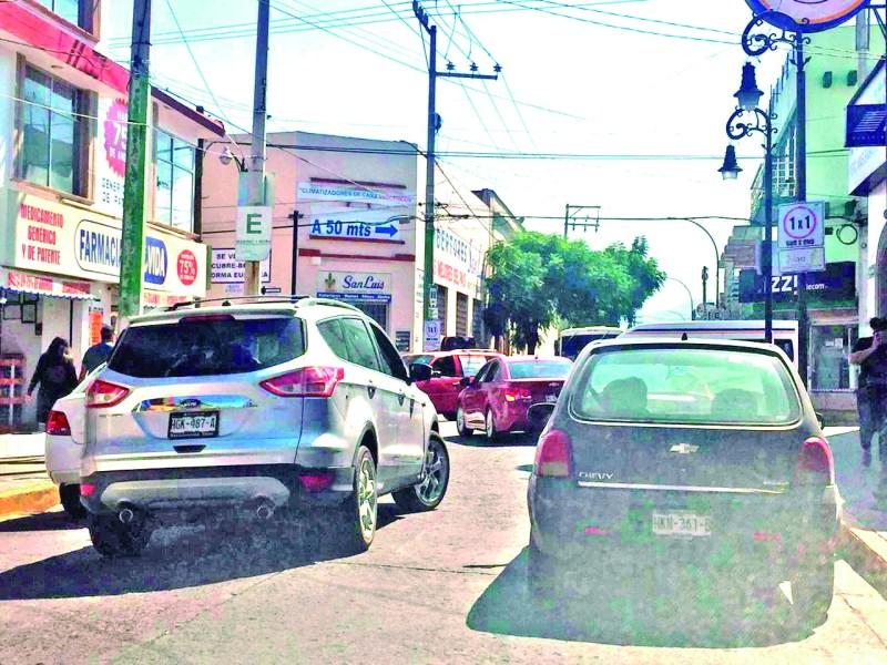 Sin cultura vial no habrá estrategia que funcione para aliviar la congestionada circulación vial en el centro de Tulancingo, pues muchos conductores insisten en estacionarse en doble fila.