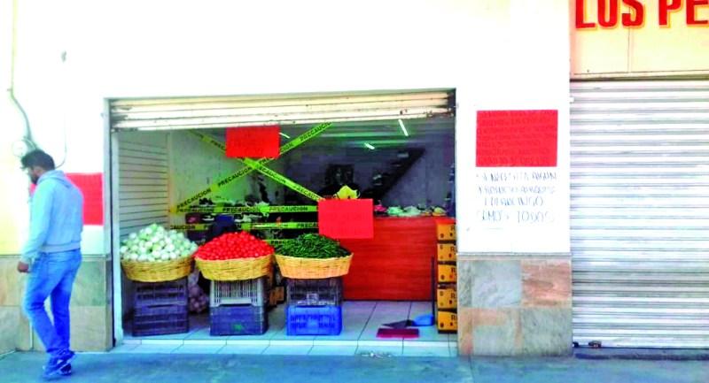 Ramón Cruz, comerciante del centro de Tulancingo, tomó la iniciativa de regalar algunos productos de la canasta básica a personas que han sido afectadas por la crisis económica. Las personas que se acercaron, pudieron llevarse algo de jitomate, cebolla, algunas semillas y sopas de pasta, situación que agradecieron.