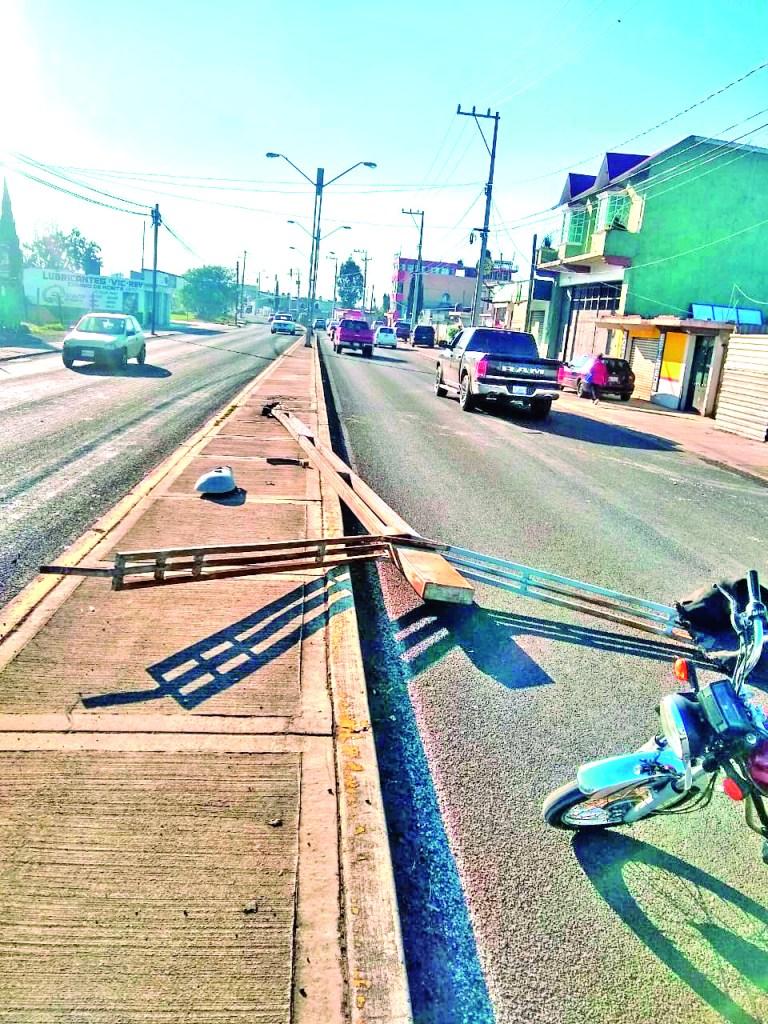"""""""Uno menos"""" la mañana de este lunes, la dirección de Mantenimiento Urbano retiró un poste del bulevar Quetzalcóatl que amaneció derribado. Las causas del derribe no se sabe, pero se espera que se coloque a la brevedad."""