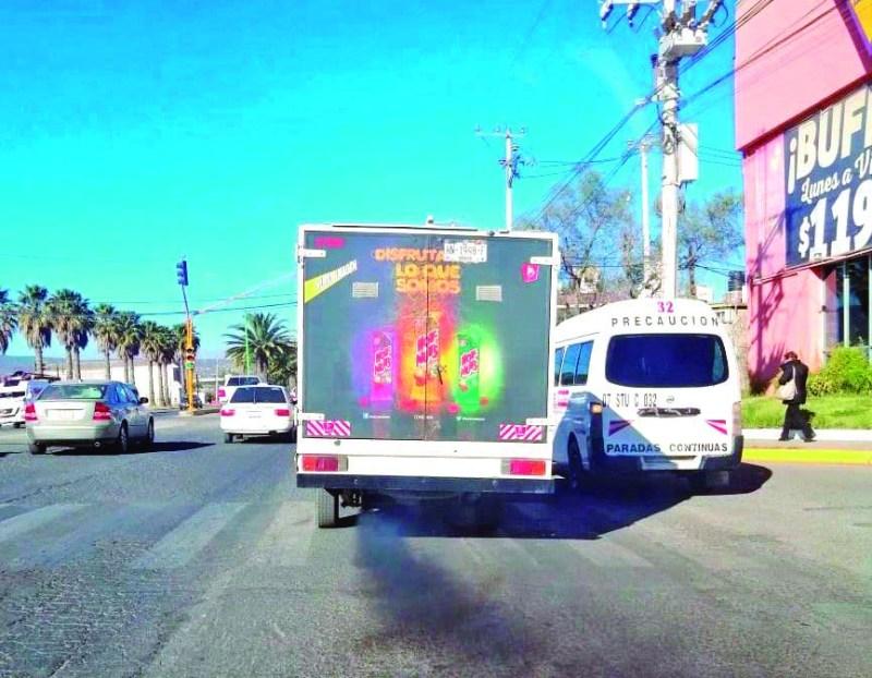 Una camioneta de la empresa Barcel circulaba ayer por la mañana en el bulevar Miguel Hidalgo, dejando una estela de humo negro, exhibiendo el mal estado mecánico de la unidad. Y la Semarnath?