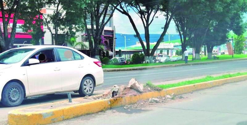 El pasado fin de semana un poste que sostenía dos lámparas en el bulevar Tomás Alva Edison en la colonia Estrella, fue derribado al parecer en un accidente automovilístico. Vecinos esperan que la suplan lo más pronto posible.