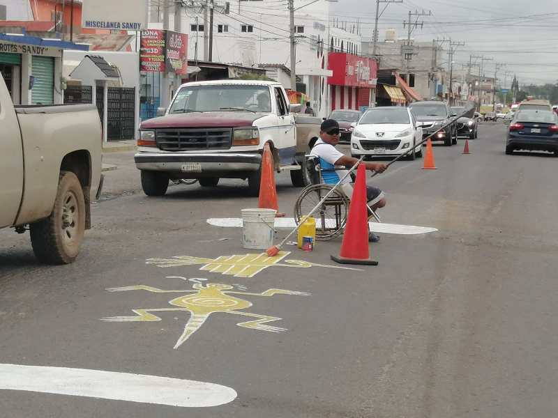 En la carretera Tulancingo – Santiago, una persona con capacidades diferentes decidió pintar de una manera muy singular, la cinta asfáltica para anunciar la presencia de topes. Dicha iniciativa fue bien vista por los automovilistas.