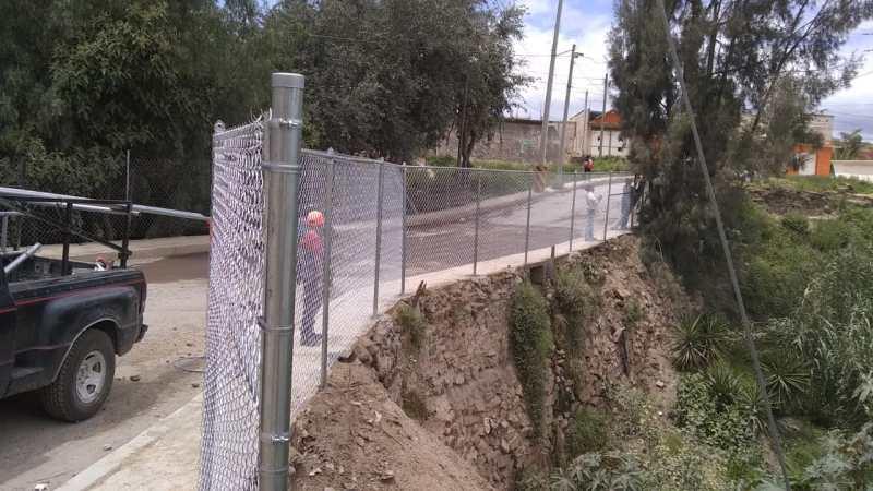 Vecinos de la colonia Metilatla agradecen la intervención de las autoridades municipales para reponer la malla ciclónica del puente vehicular y peatonal, la cual fue robada un par de meses atrás.